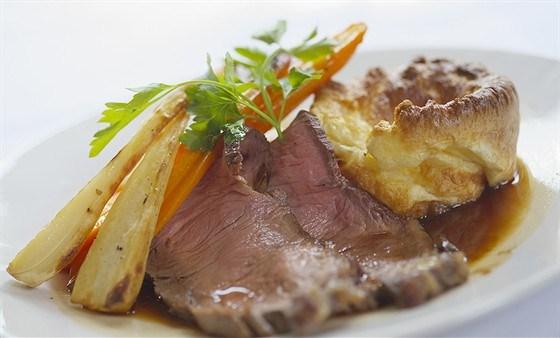 Жареная говядина на йоркширском пудинге с кремом из хрена