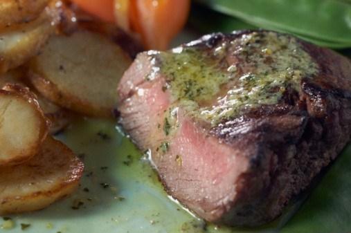 Тушеный говяжий окорок с соусом из петрушки