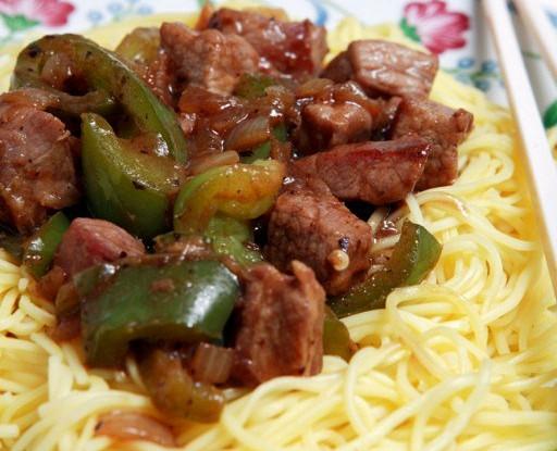 Рисовая лапша с говядиной, черной фасолью и перцем