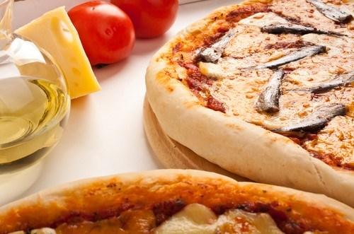 Пицца на дрожжевом тесте с томатами и анчоусами