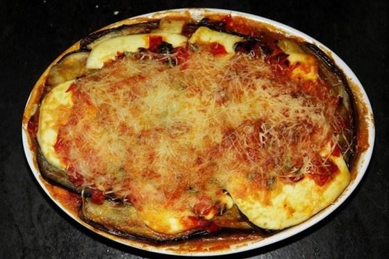 Баклажаны запеченные в томатном соусе под сыром