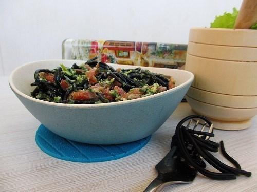 Паста с песто из шпината и черемши с копченым лососем