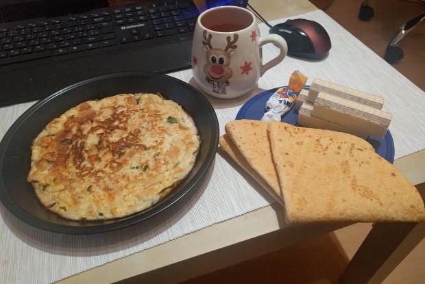 Омлет с сыром и белым хлебом