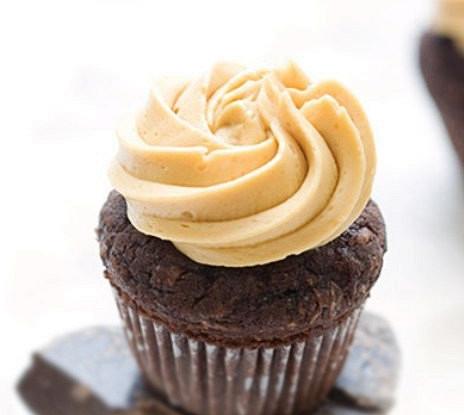 Шоколадно-кокосовые маффины с карамельным кремом