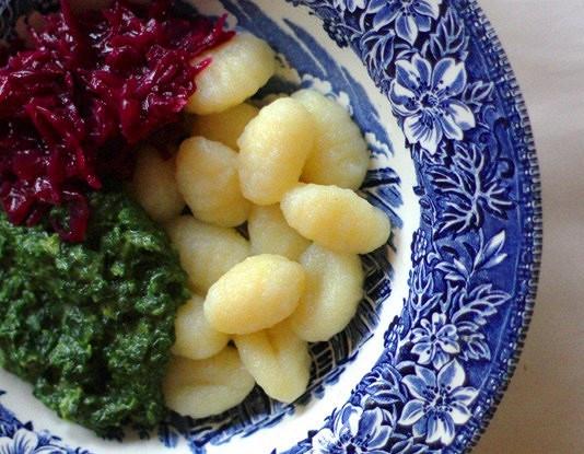 Картофельные клецки с соусом из шпината