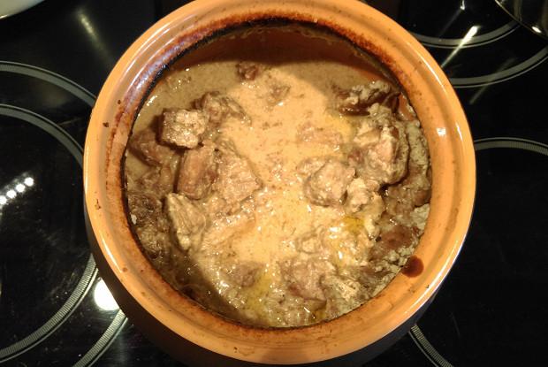 Говядина в горшочке в сметанно-горчичном соусе