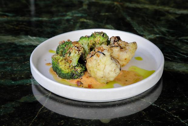 Цветная капуста и брокколи с ореховым соусом