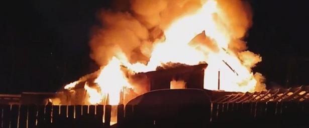 Впоселке Садаковском полностью сгорел двухэтажный дом