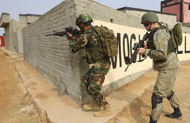 Спецназ России иПакистана учился освобождать город оттеррористов входе учения «Дружба-2020»