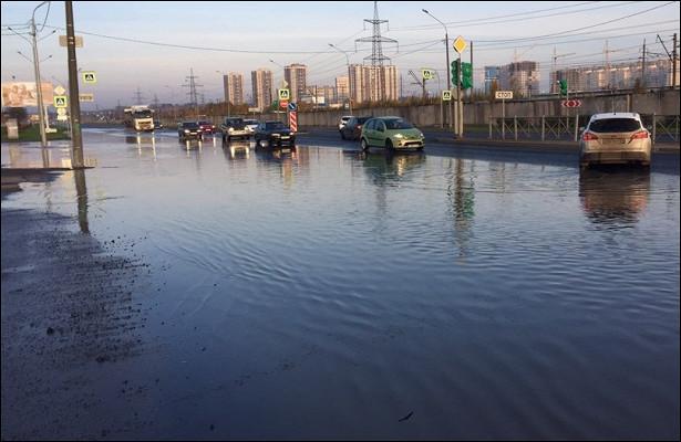 Магистральная труба схолодной водой повреждена насевере Петербурга
