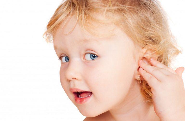 У ребенка не сильно болит ухо