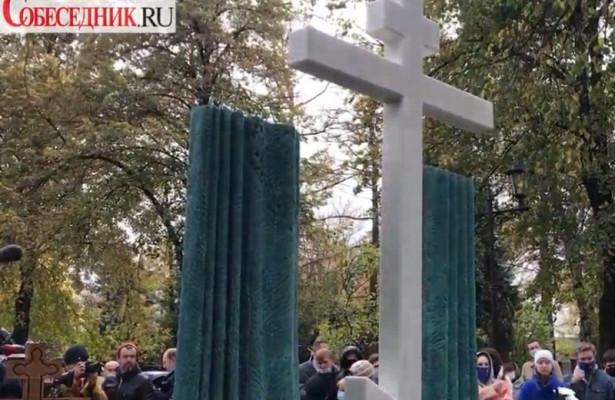 Открытие памятника Марку Захарову напоминало похороны Ленкома. Видео