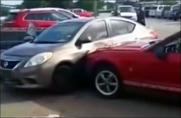 Разъяренный водитель Ford Mustang ударил автомобиль обидчика из-запарковочного места